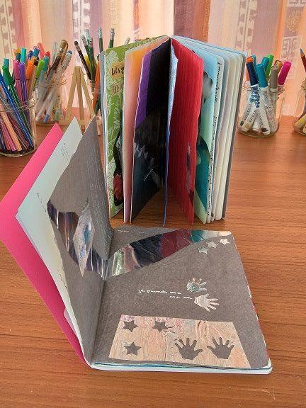 Carnet de deuil avec le carnet d'artisteurnal créatif et les